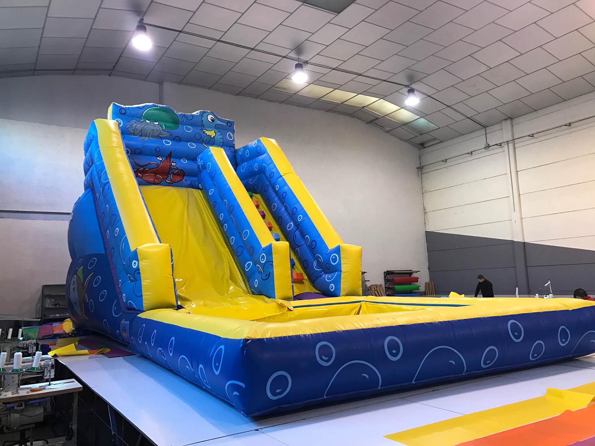 Castillo hinchable acu tico cl sico con piscina grande for Piscinas hinchables grandes